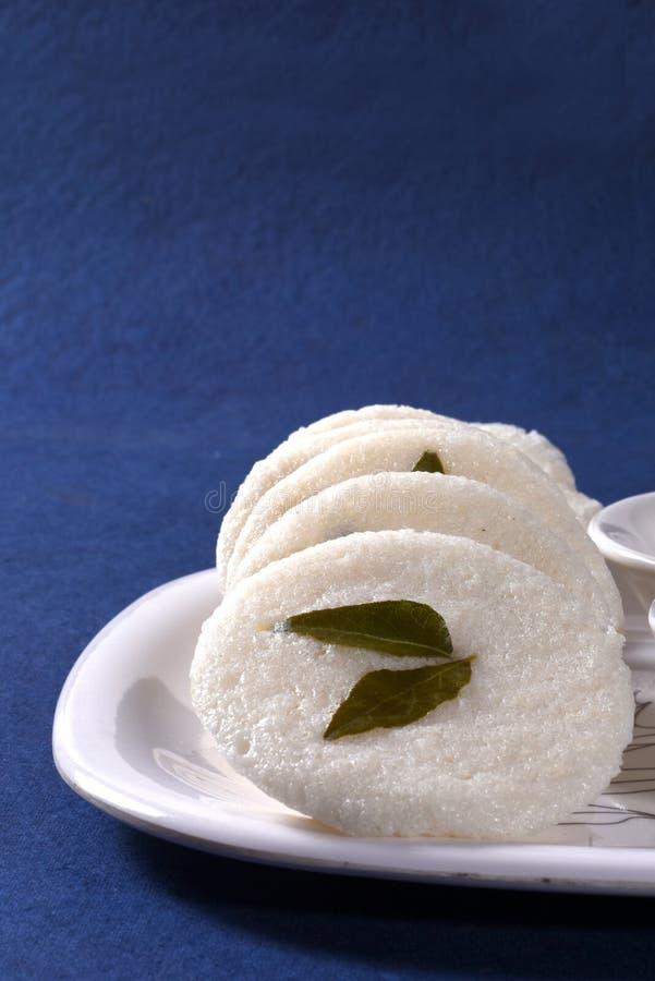 Idli avec le chutney de Sambar et de noix de coco sur le fond bleu, plat indien photos stock