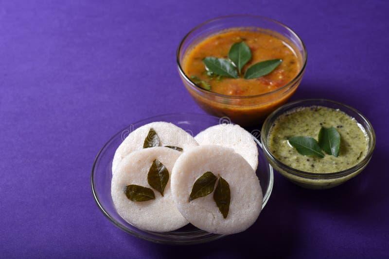 Idli met Sambar en kokosnotenchutney op violette achtergrond, Indische Schotel royalty-vrije stock foto's
