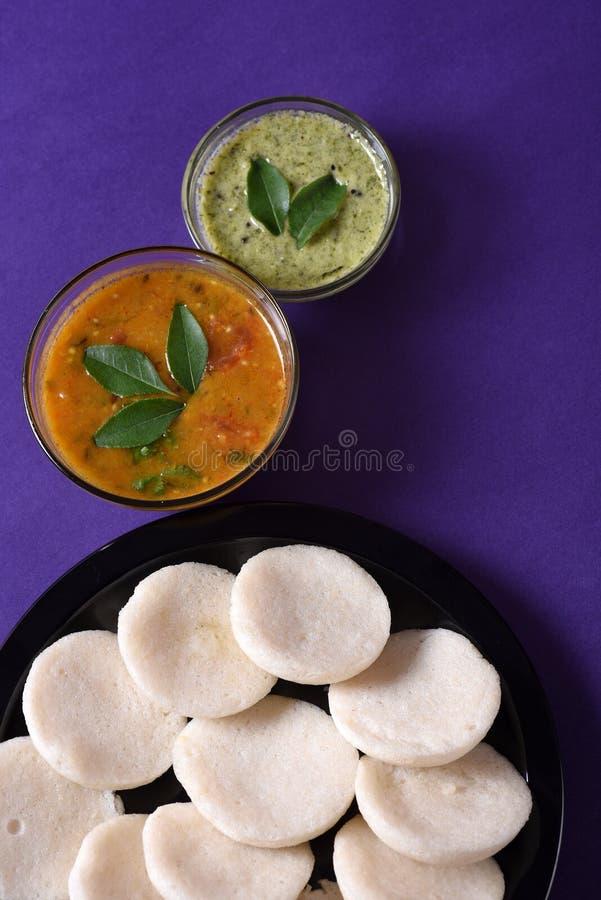 Idli met Sambar en kokosnotenchutney op violette achtergrond, Indische Schotel stock afbeeldingen