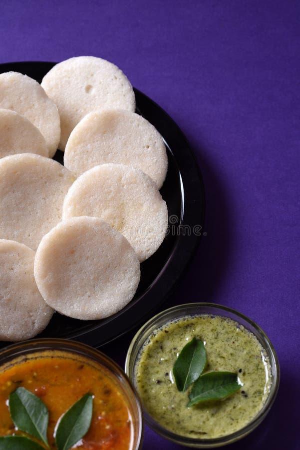 Idli met Sambar en kokosnotenchutney op violette achtergrond, Indische Schotel stock foto's