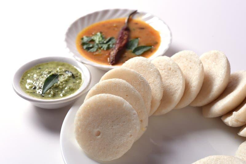 Idli met Sambar in kom op witte achtergrond, Indische Schotel stock afbeeldingen