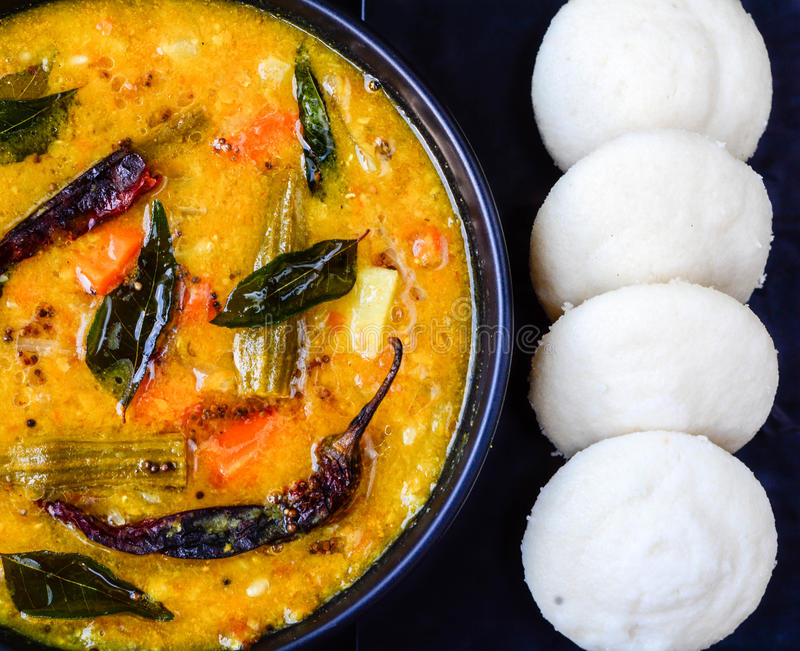Idli och sambhar för frukost royaltyfria bilder