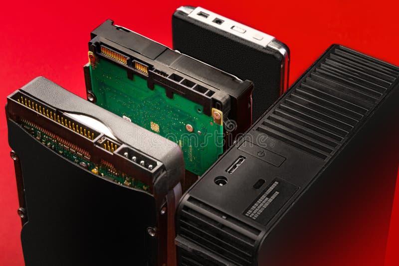 Ido, sata e connettori del usb sui dischi rigidi esterni ed interni da collegarsi ad un computer fotografie stock