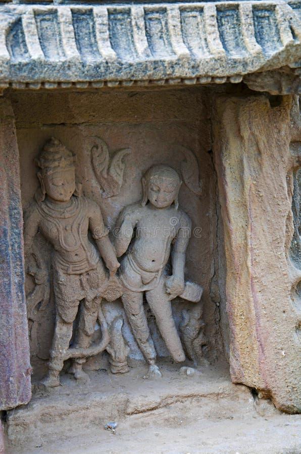 Idole découpé des dieux sur le mur intérieur d'un petit tombeau En 1026-27 ANNONCE construite pendant le règne de Bhima I du dyna photos libres de droits