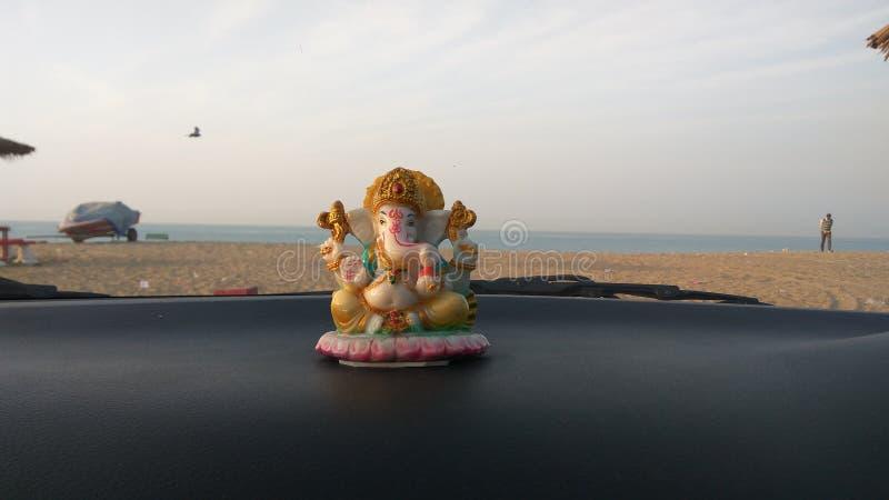 Idole de Lord Ganesha dans la voiture à la plage de mandvi, Goudjerate images stock