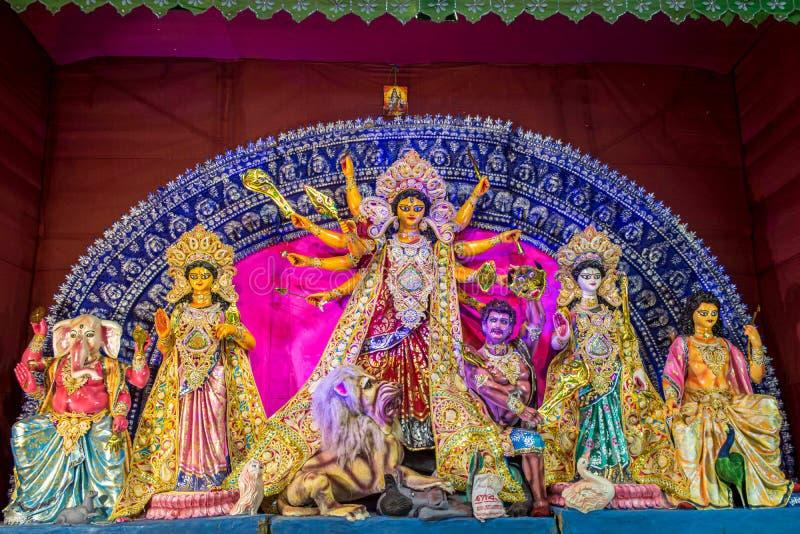 Idole Hinduska bogini Maa Durga z jej dziećmi w pandal pięknie dekorującym podczas Durga Puja festiwalu obraz stock