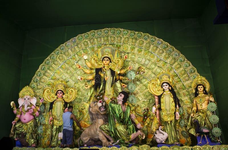 Idolen van Hindoese Godin Maa Durga met haar kinderen in pandal prachtig verfraaid tijdens het Durga Puja-festival royalty-vrije stock foto