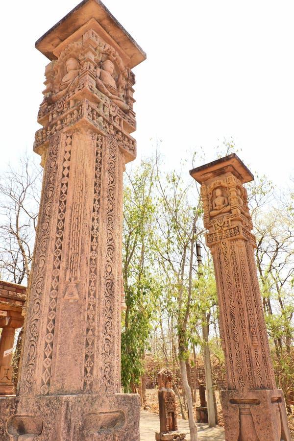 Idoles antiques de pierres de Dieu et de déesse Jain site dans de Deogarh ou de Devgarh fort dans Uttar Pradesh, Inde photos libres de droits