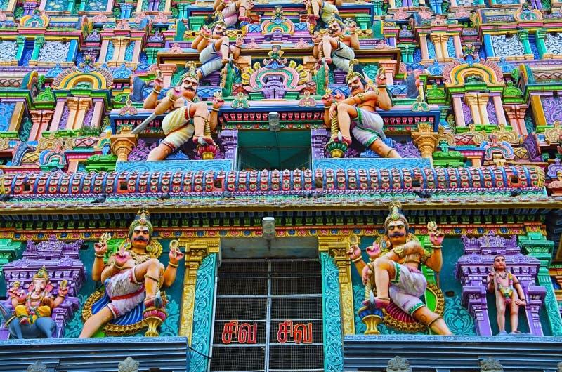 Idoles découpés colorés sur le Gopuram de Nataraja Temple, Chidambaram, Tamil Nadu, Inde photos stock