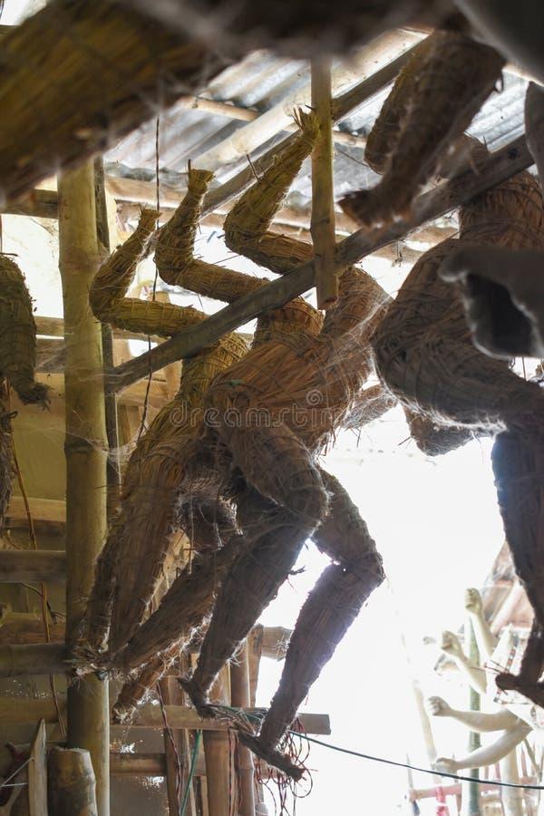 Idoles d'argile de Durga en préparation avant le festival, Artiste est occupé à créer une idole d'argile photo stock