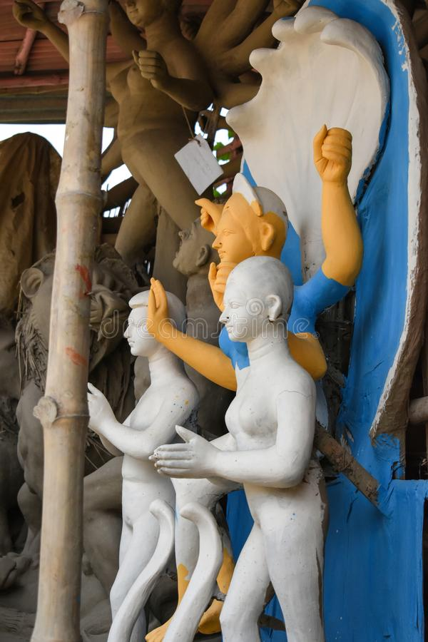 Idoles d'argile de Durga en préparation avant le festival, Artiste est occupé à créer une idole d'argile photos stock