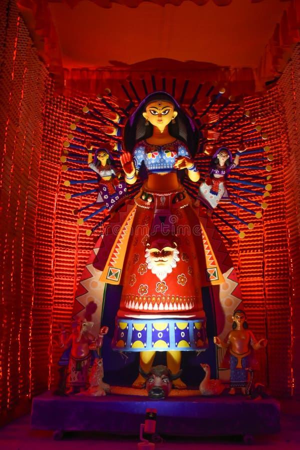 Idoles d'argile de Durga en préparation avant le festival, Artiste est occupé à créer une idole d'argile photographie stock