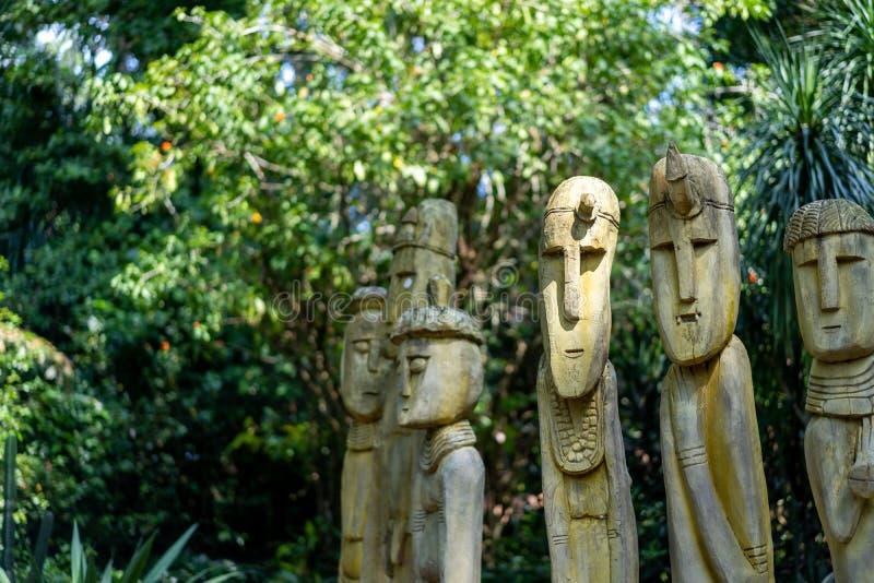 Idoli di legno allo zoo fotografie stock libere da diritti