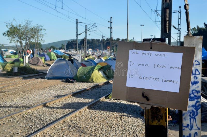 Idomeni, Grecia, il 15 aprile 2016 ragazza dentro il campo profughi Idomeni, vicino al confine Greco-macedone Crisi migratore eur fotografia stock libera da diritti