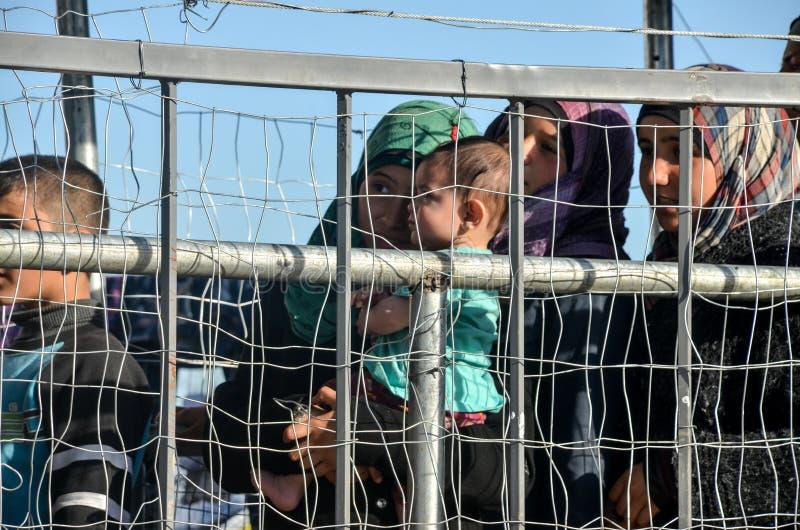 Idomeni, Grecia, il 15 aprile 2016 ragazza dentro il campo profughi Idomeni, vicino al confine Greco-macedone Crisi migratore eur immagini stock libere da diritti