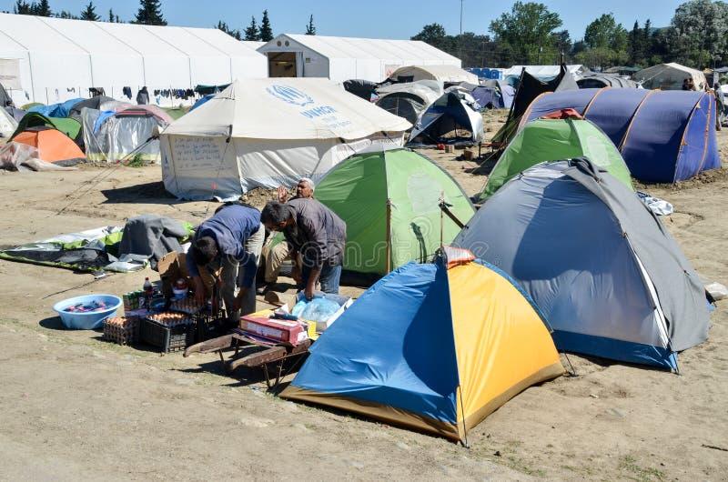 Idomeni, Grecia, il 15 aprile 2016 ragazza dentro il campo profughi Idomeni, vicino al confine Greco-macedone Crisi migratore eur immagini stock
