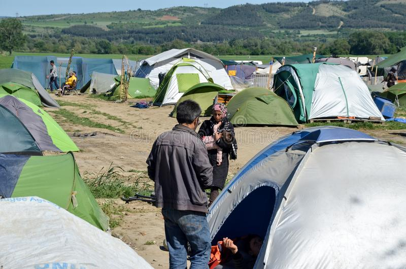Idomeni, Grecia, il 15 aprile 2016 ragazza dentro il campo profughi Idomeni, vicino al confine Greco-macedone Crisi migratore eur fotografie stock