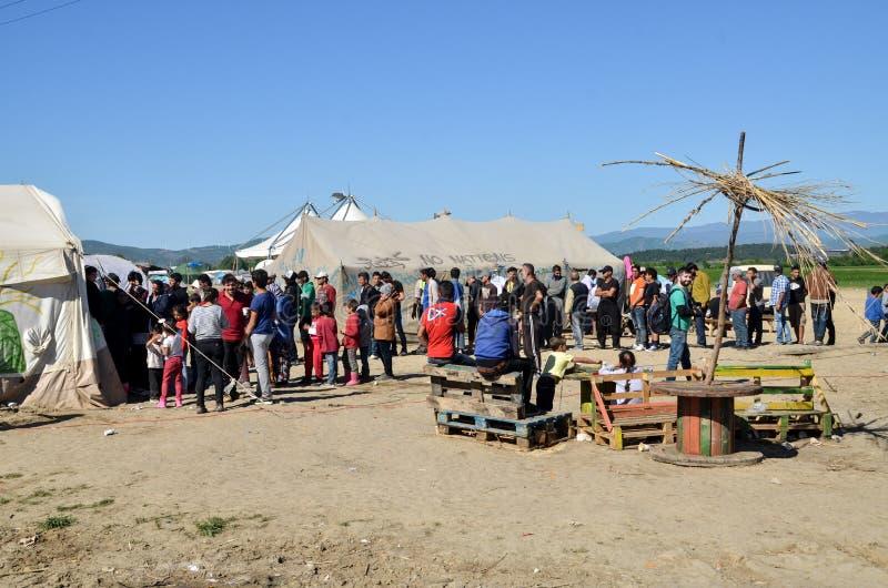 Idomeni, Grecia, il 15 aprile 2016 ragazza dentro il campo profughi Idomeni, vicino al confine Greco-macedone Crisi migratore eur fotografia stock
