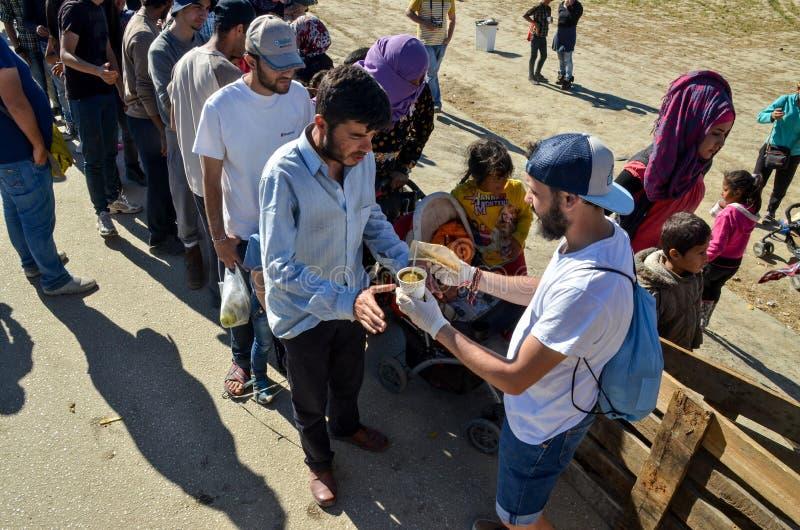 Idomeni, Grecia, il 15 aprile 2016 ragazza dentro il campo profughi Idomeni, vicino al confine Greco-macedone Crisi migratore eur fotografie stock libere da diritti
