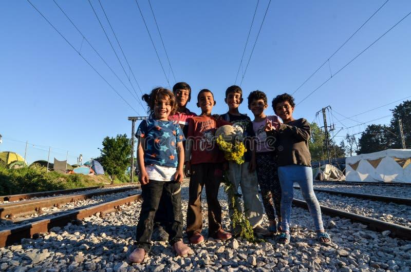 Idomeni, Grecia, il 15 aprile 2016 ragazza dentro il campo profughi Idomeni, vicino al confine Greco-macedone Crisi migratore eur immagine stock libera da diritti
