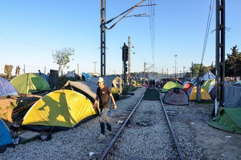 Idomeni, Grecia, il 15 aprile 2016 ragazza dentro il campo profughi Idomeni, vicino al confine Greco-macedone Crisi migratore eur immagine stock