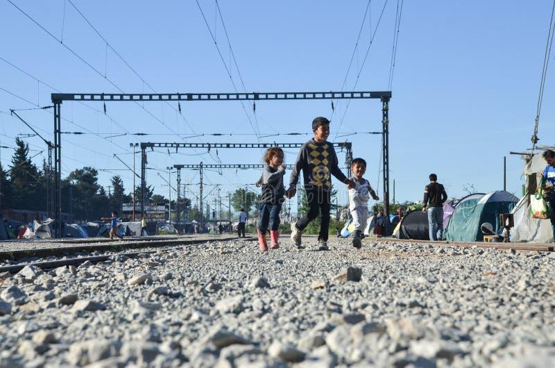 Idomeni Grekland, April 15, 2016 flicka inom flyktinglägret Idomeni, nära denMacedonian gränsen Europeisk flyttande kris royaltyfri fotografi