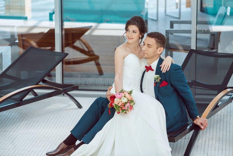 Idoors жениха и невеста на бассейне стоковая фотография
