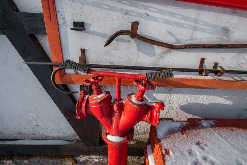 Idrante antincendio rosso circondato in neve dispositivi di lotta contro l'incendio nella foresta fotografie stock libere da diritti