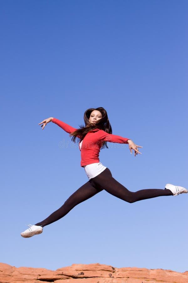 idrotts- banhoppningkvinnabarn royaltyfri fotografi