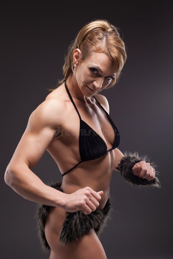 idrotts- huvuddelbyggmästare som poserar den starka kvinnan royaltyfria bilder
