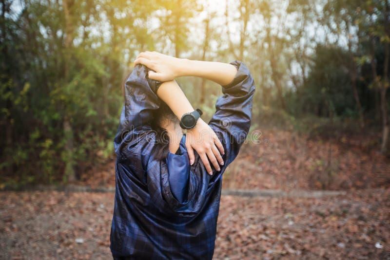 Idrotts- kvinna asia uppvärmning och ung exercisi för kvinnlig idrottsman nen arkivfoton