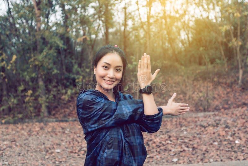 Idrotts- kvinna asia uppvärmning och ung exercisi för kvinnlig idrottsman nen royaltyfri foto