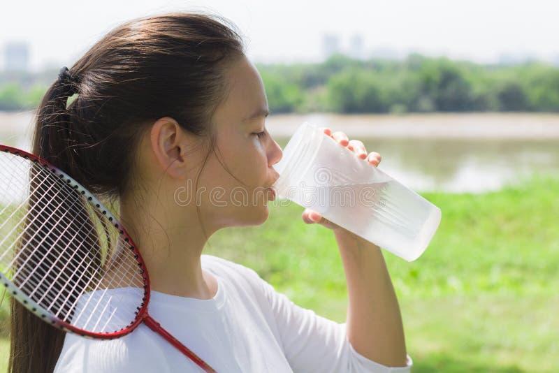 Idrotts- kvinnadricksvatten utomhus arkivbild