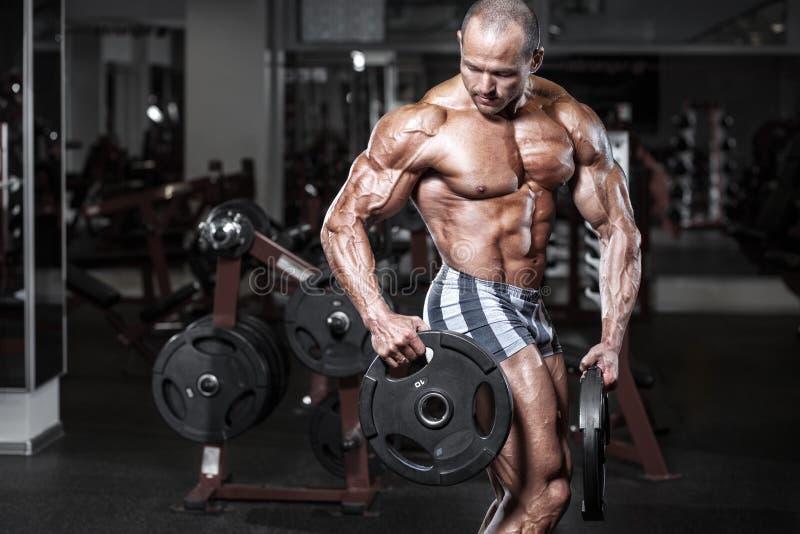 Idrotts- man för brutal kroppsbyggare med den perfekta kroppen royaltyfria foton