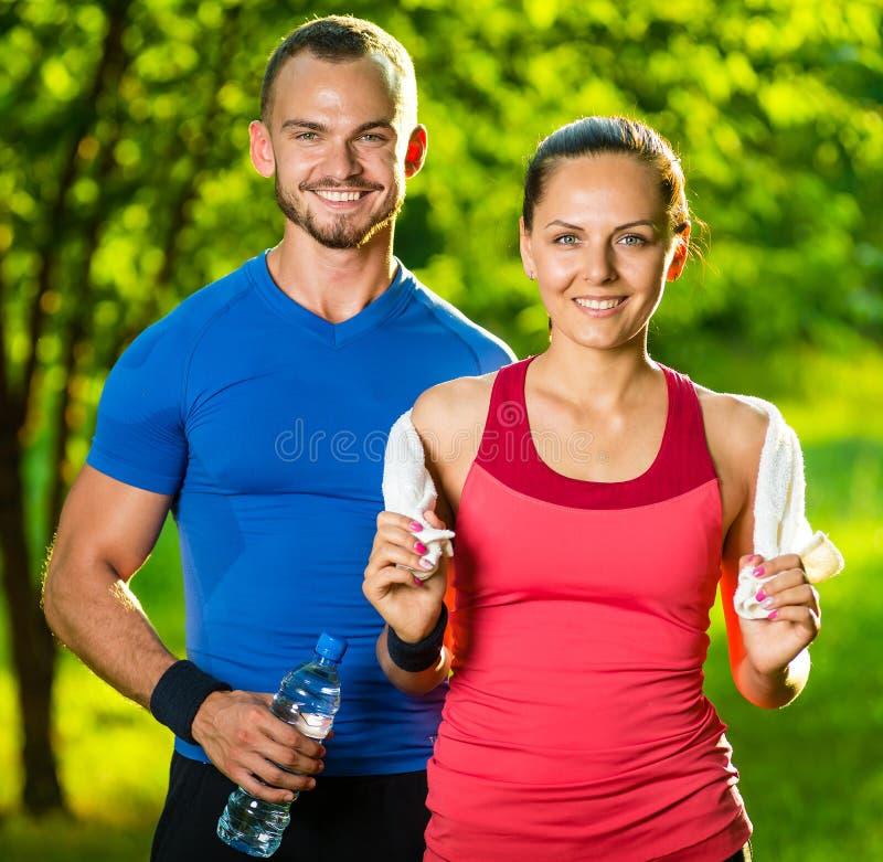 Idrotts- man och kvinna efter konditionövning arkivfoto