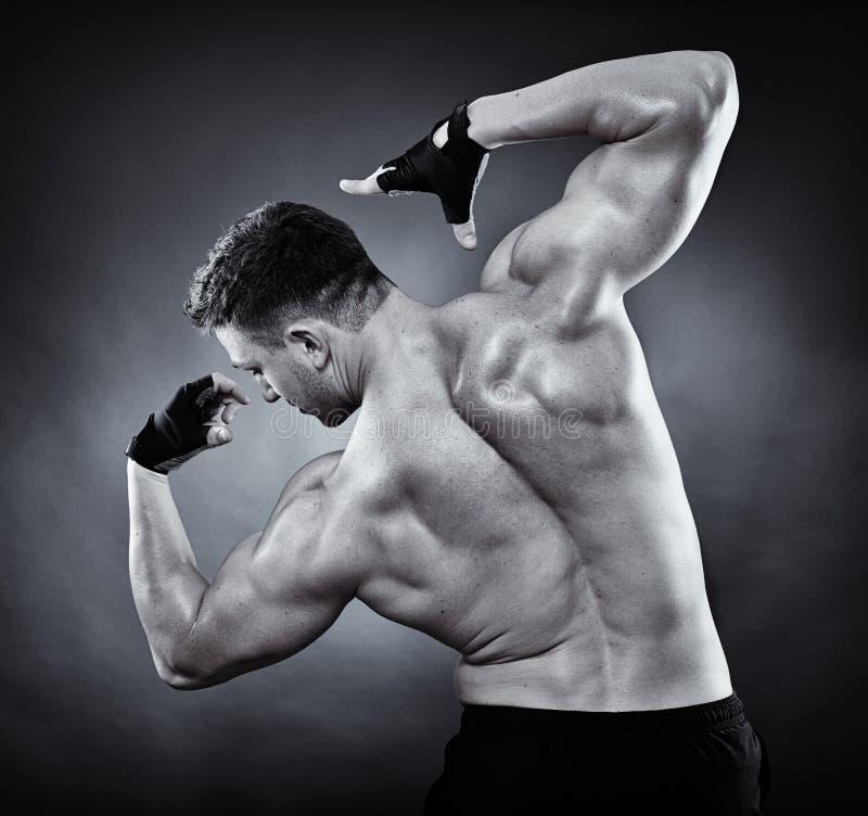 Idrotts- man som gör bodybuildingflyttningar royaltyfri bild