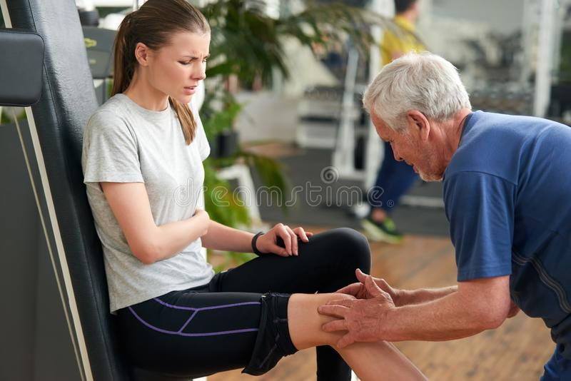 Idrotts- sårad kvinna på idrottshallen royaltyfria bilder