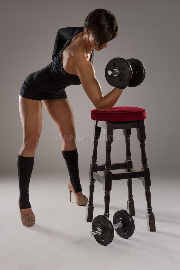 Idrotts- sexig kvinna med en muskulös fysik arkivfoton
