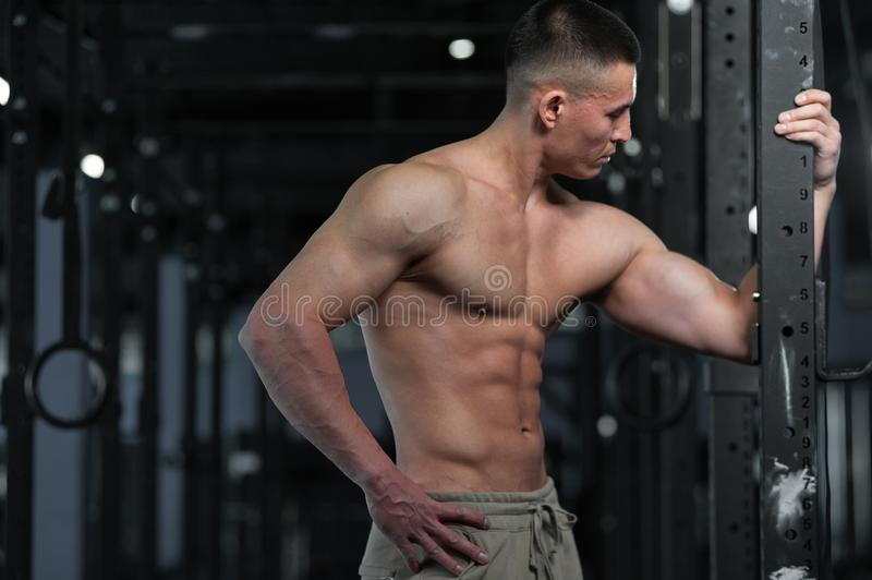 Idrotts- Shirtless man som visar den v?lutbildade kroppen och buk- muskler royaltyfri bild