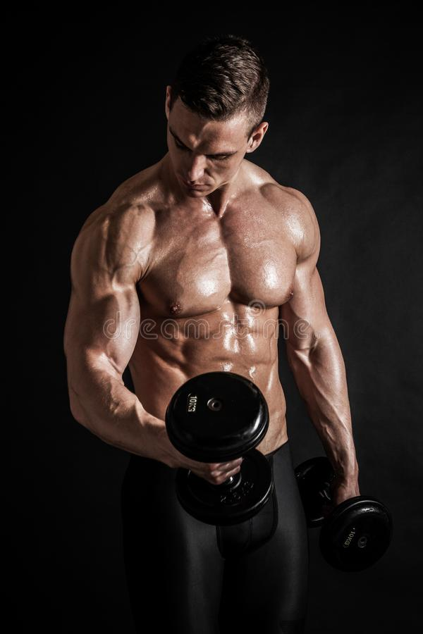 Idrotts- shirtless ung manlig konditionmodell med hantlar arkivbild