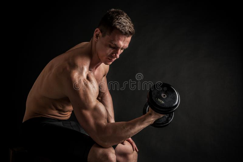 Idrotts- shirtless ung manlig konditionmodell med hantlar royaltyfri foto