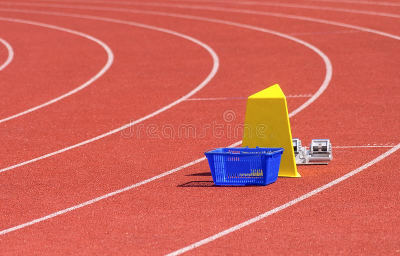 Idrotts- stadion med spring-spår och startkvarter royaltyfri foto