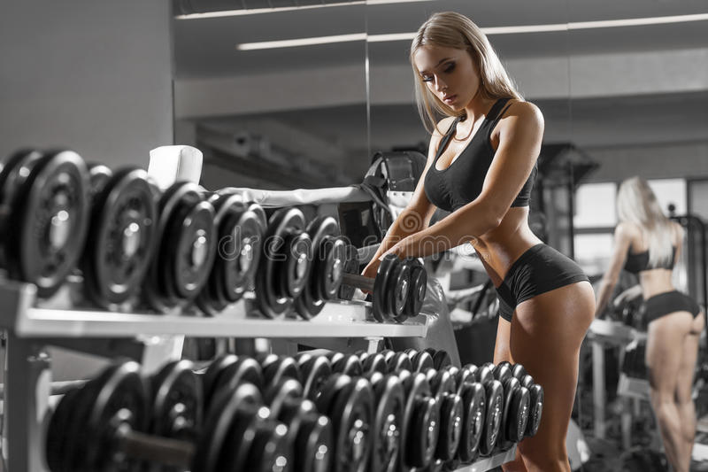 Idrotts- ung blondy görande övning i idrottshallen royaltyfria foton