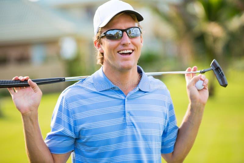 Idrotts- ung man som spelar golf arkivfoton