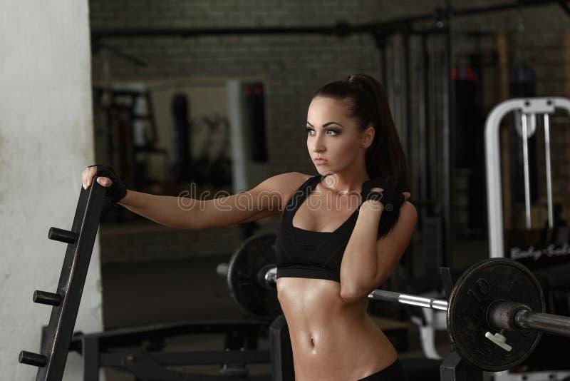 idrottshall Härligt posera för kvinna som är svettigt efter genomkörare arkivfoto