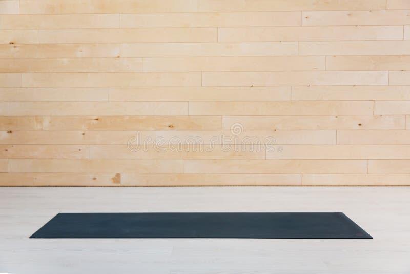 Idrottshall med den matta inre för yoga royaltyfri fotografi