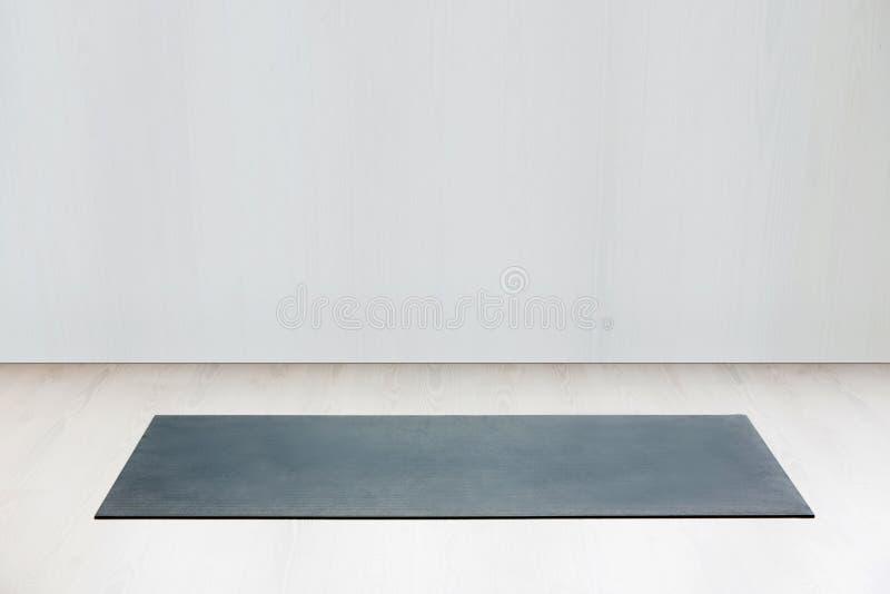 Idrottshall med den matta inre för yoga royaltyfria bilder
