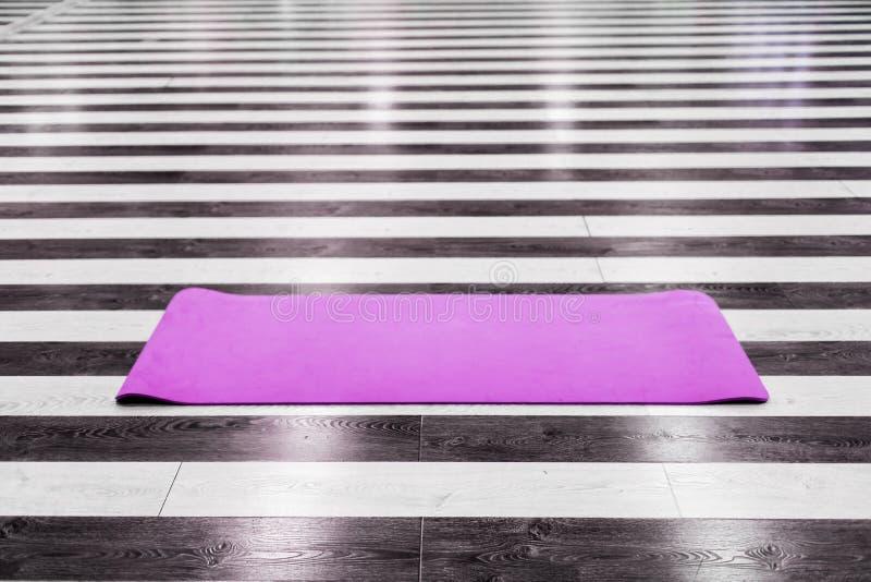 Idrottshall med den matta inre för yoga arkivbild