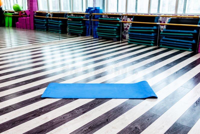 Idrottshall med den matta inre för yoga arkivfoto