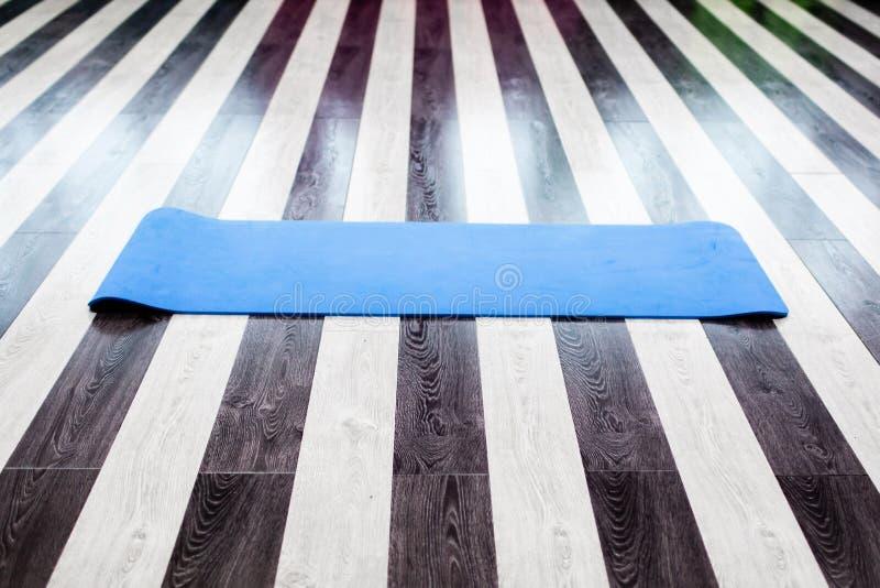 Idrottshall med den matta inre för yoga royaltyfri foto